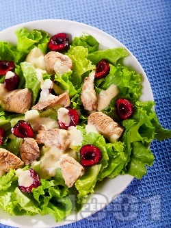 Зелена салата с пиле, череши, фета сирене и меден дресинг с хрян - снимка на рецептата